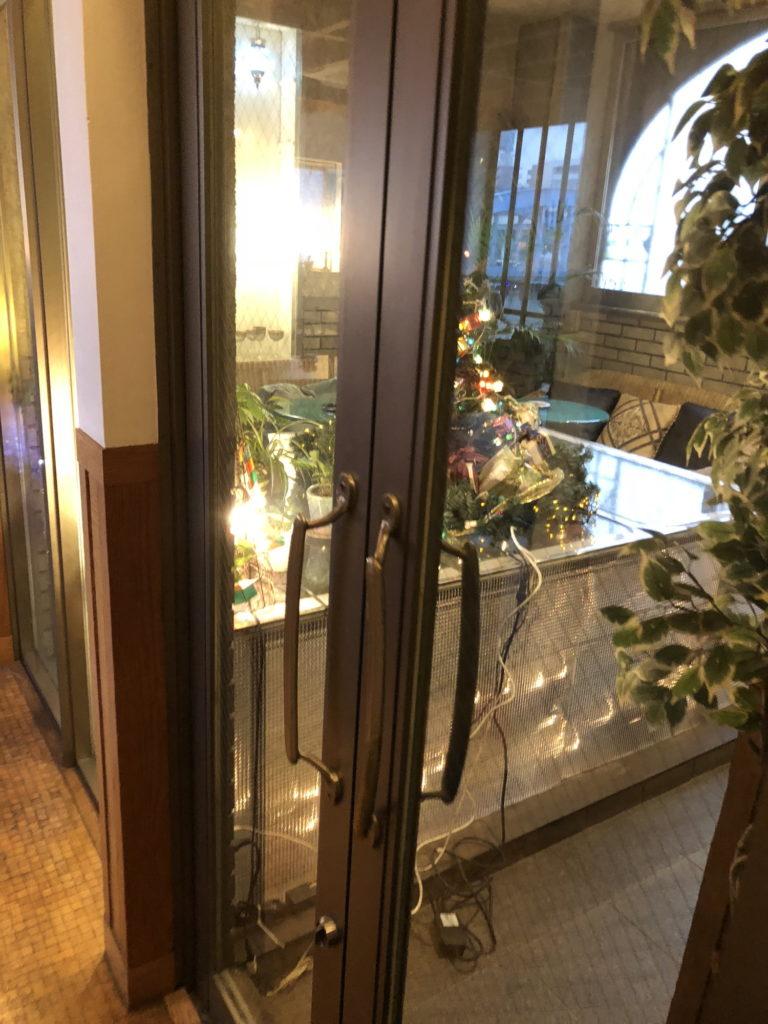 カフェムルソー3階喫煙席への扉