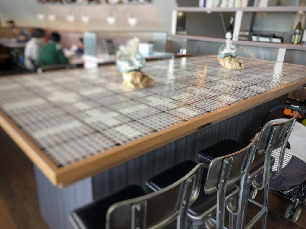Cafe&dining blue terminal入り口の大きなテーブル