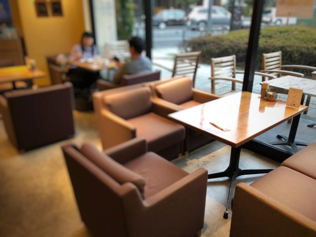 カフェ88入り口左手のソファ席