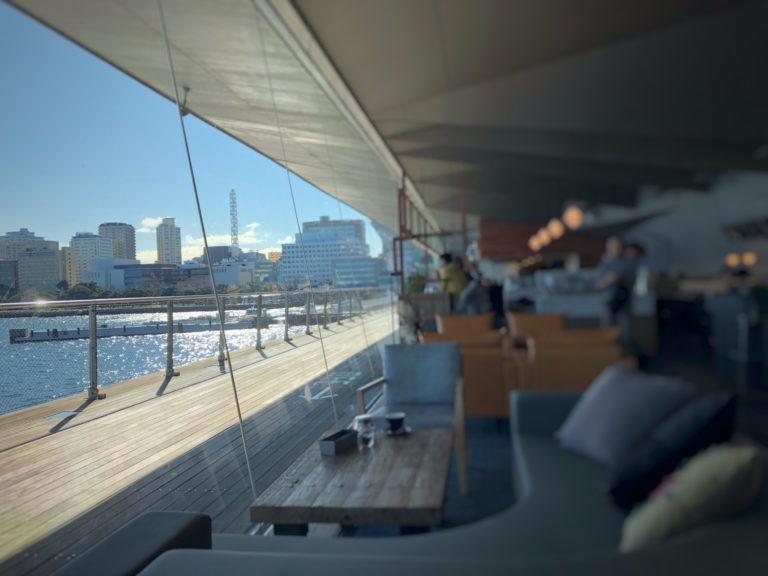 Cafe&dining blue terminalの大きな窓