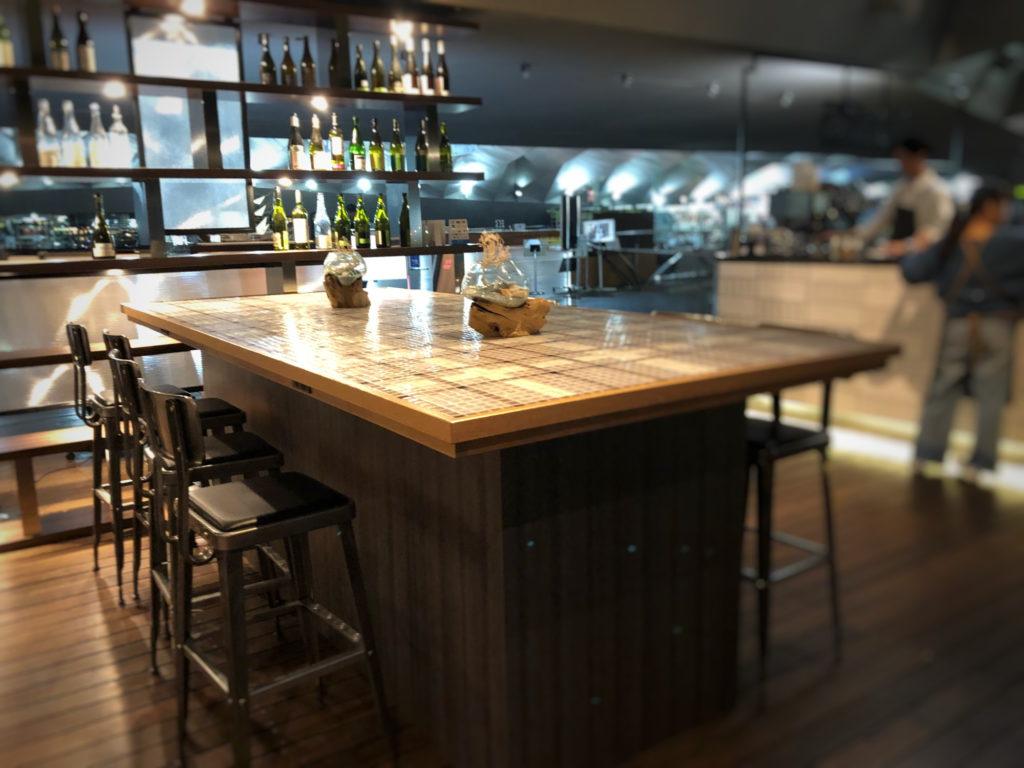 Cafe&dining blue terminal入り口の大きなテーブル席を逆側から見ました