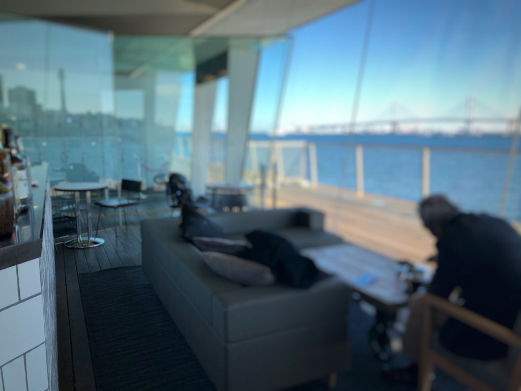 Cafe&dining blue terminal店内左側のソファ席と2人掛けの席
