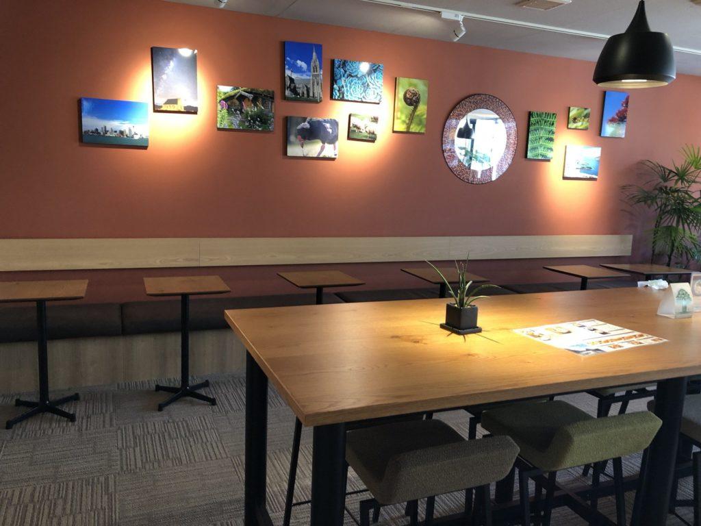 Oki Oki Cafe店内2階奥のテーブル席