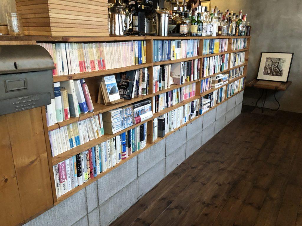 fuzkue(フヅクエ)厨房の周りの本棚その2