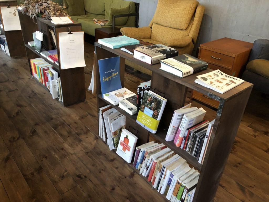 fuzkue(フヅクエ)ソファ席の本棚