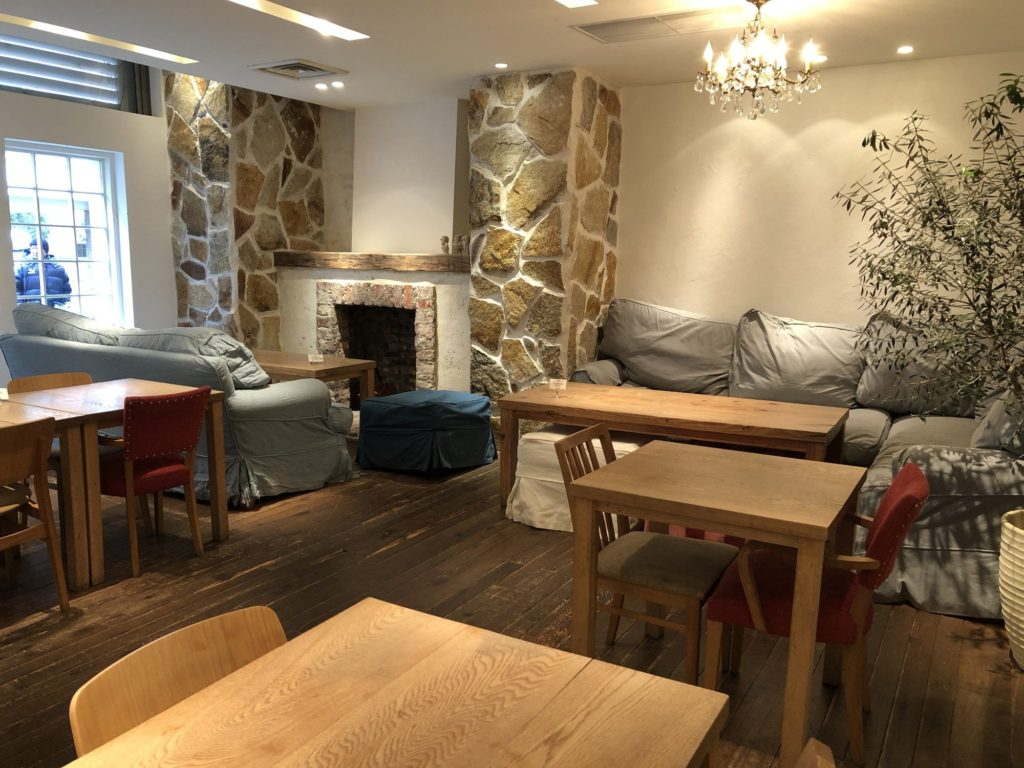 RHカフェ(ロンハーマンカフェ)の店内手前のソファ席