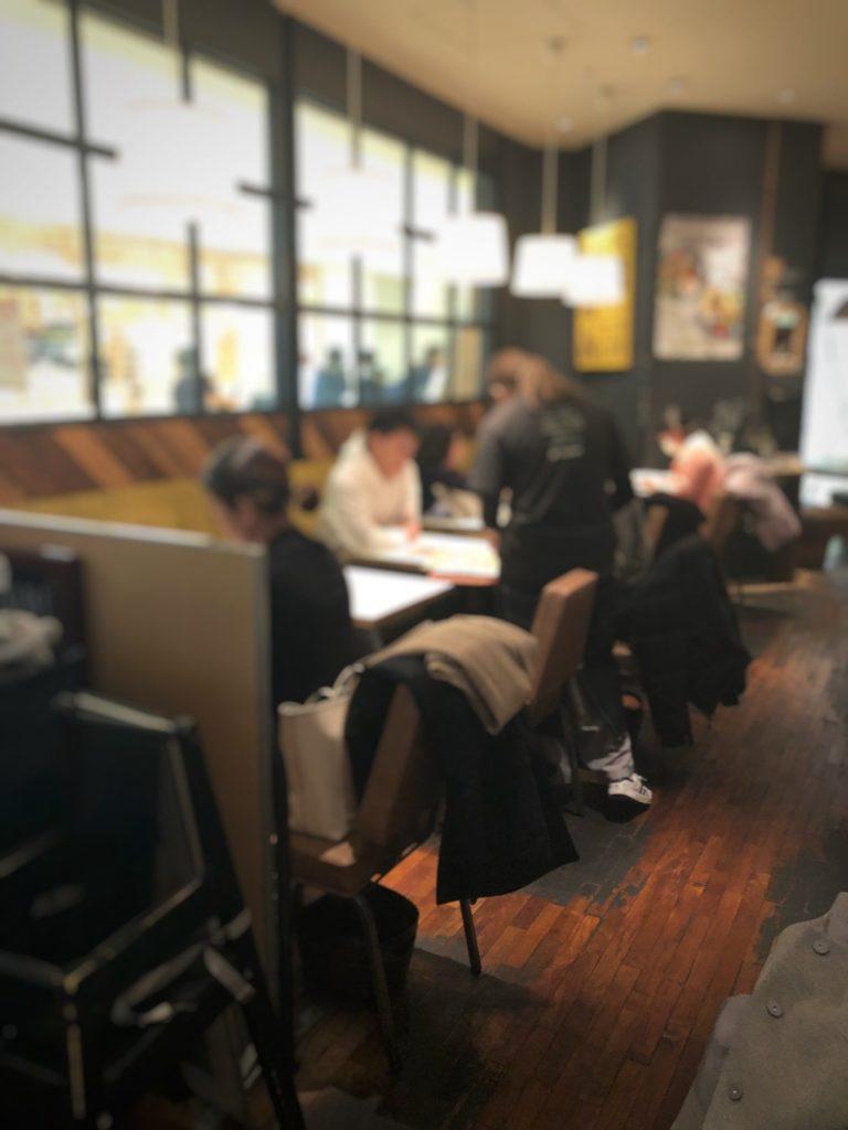 ワイアードカフェ 武蔵小杉東急スクエア店入り口そばのソファ席