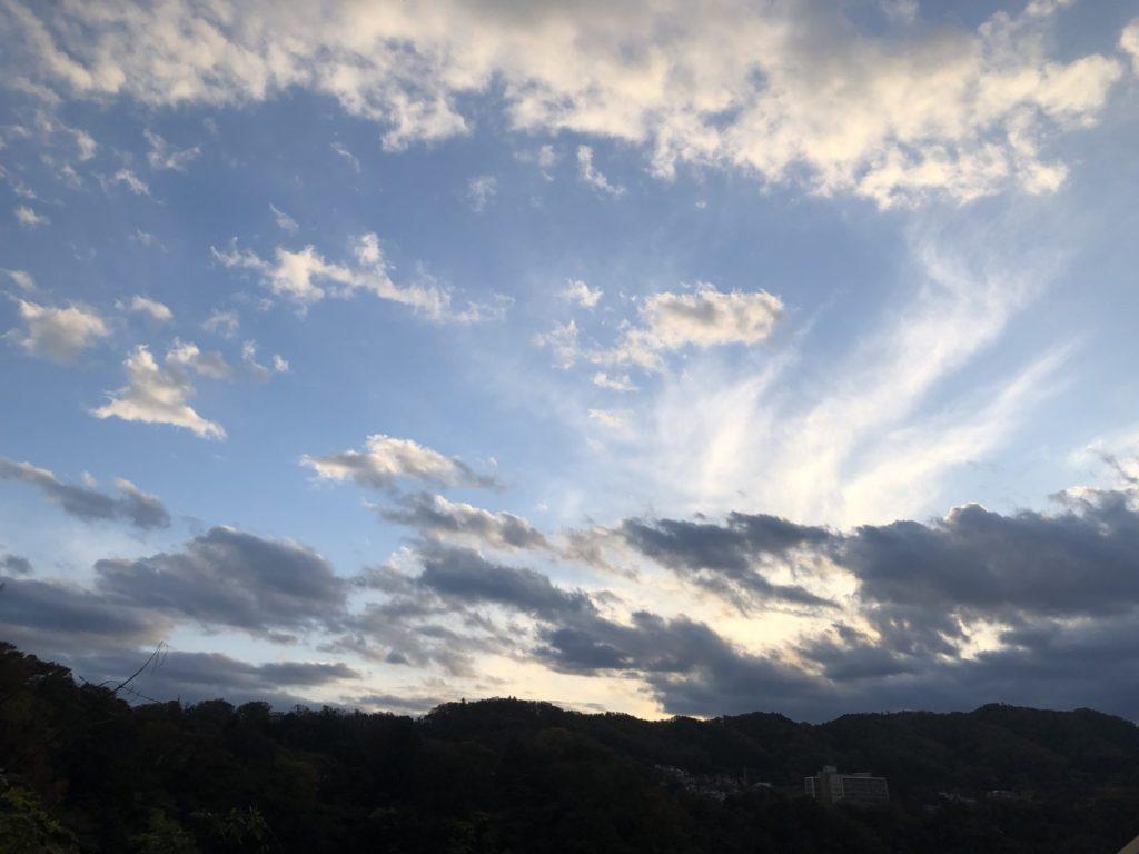 夕暮れの山と空