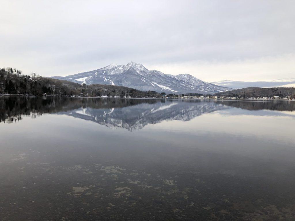 野尻湖に映りこむ山々