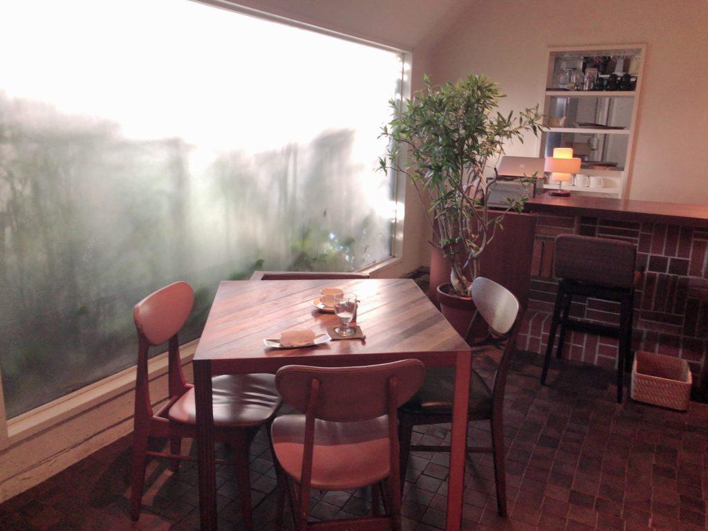 レーベルカフェ、四人がけのテーブル