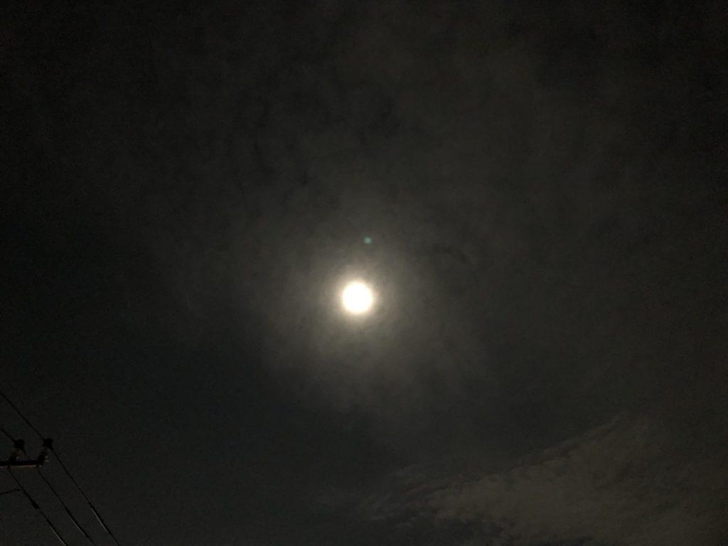 雲がかかった満月
