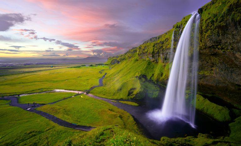 滝、流れ出す